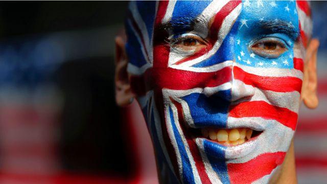 احد الناشطين وقد طلا وجهه بالوان العلمين الامريكي والبريطاني.