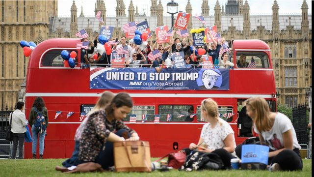 الحافلة تروج لرسالتها امام مقر البرلمان البريطاني.