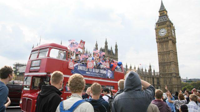 جالت الحافلة في شوارع العاصمة البريطانية.
