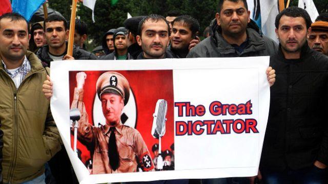 منتقدان  ومخالفان آقای علیاف او را به دیکتاتوری متهم میکنند