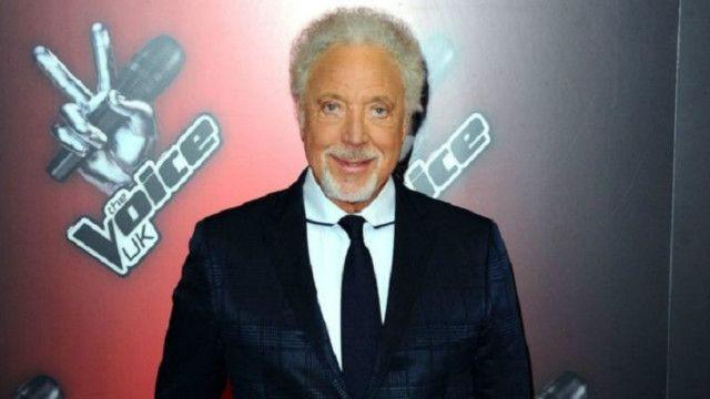 كان جونز، 76 عاما، حكما في المواسم الأربعة الأولى للبرنامج ولكنه لم يشارك في الموسم الأخير