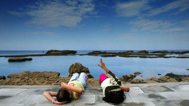Calm向用户展示溪流、风暴和海浪的视频,帮助他们放松身心(图片来源:Getty Images)