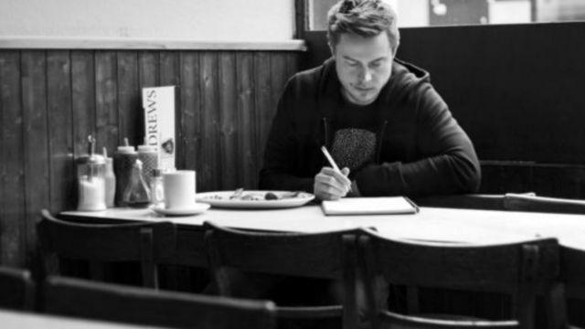 今年32岁的亚历克斯·图正在全身心地创办一家专注于正念的企业,而不再关注娱乐内容(图片来源:Alex Tew)