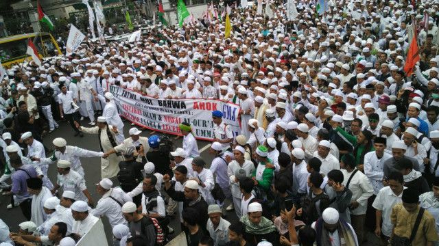 Setelah menggelar unjuk rasa yang melibatkan beberapa ribu orang di Jakarta, aksi menuntut agar kasus dugaan pencemaran agama dengan terlapor Gubernur DKI Jakarta ditindaklanjuti secara hukum juga dilakukan dilakukan di sejumlah kota.