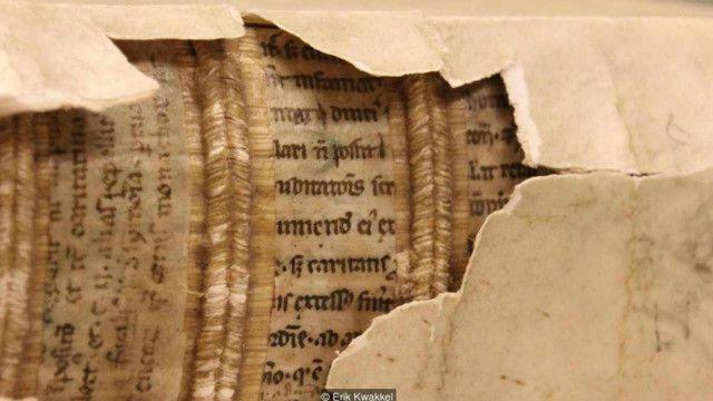 """اكتشف المؤرخ إريك كواكيل """"مكتبات مخبأة"""" في ثنايا أغلفة مجلدات من العصور الوسطى"""