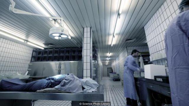 醫生現在按照標凖的程序來確認生命跡象。(圖片來源: Science Photo Library)