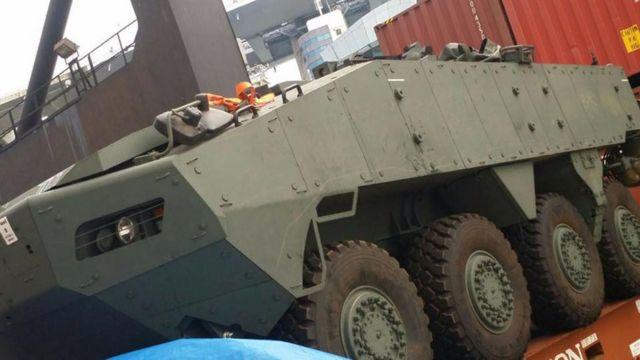 """被香港扣押的新加坡武装部队泰莱斯轮式装甲运兵车(""""码头的辛酸""""提供图片23/11/2016)"""