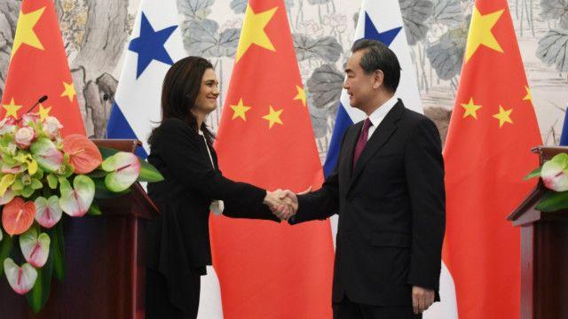 Los ministros de Relaciones Exteriores de Panamá y China, Isabel de Saint Malo y Wang Yii.