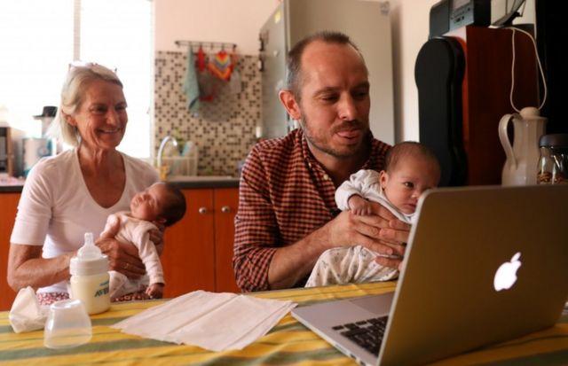 Phillip Lühl y su madre con las gemelas en Sudáfrica, mientras hablan con Guillermo a través de Zoom.