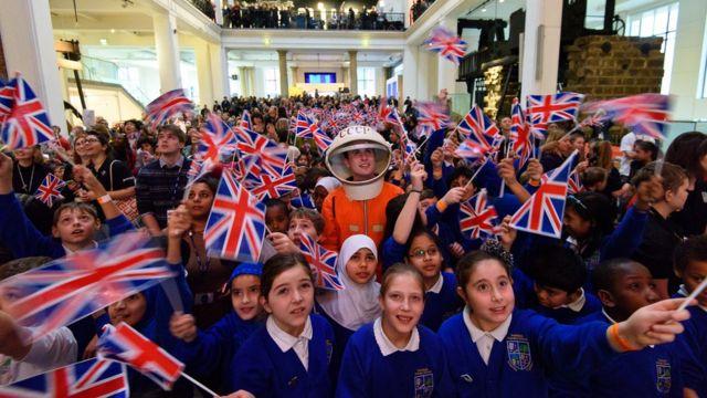 ロンドンの科学博物館で子どもたちが打ち上げを見守った