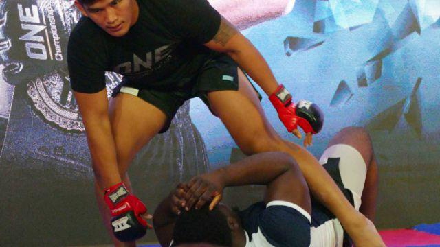 MMA မစ်ဒယ်ဝိတ်တန်း ကမ္ဘာ့ချန်ပီယံ ကချင်တိုင်းရင်းသား အောင်လအင်ဆန်း