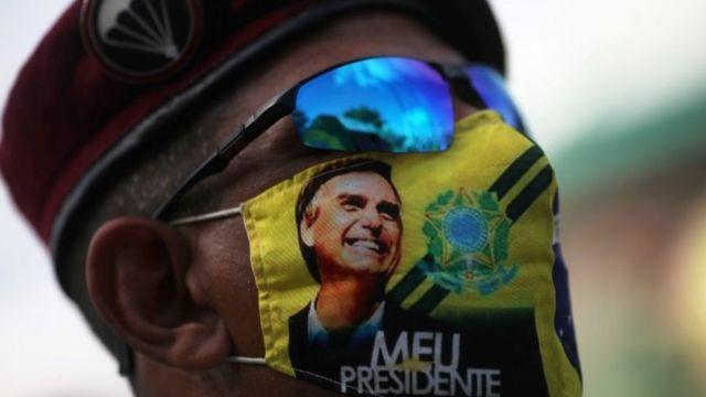 Apoiador do presidente com máscara