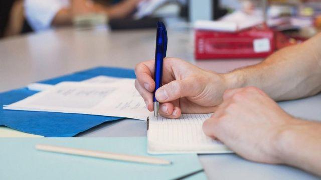 طالب يدون ملاحظات