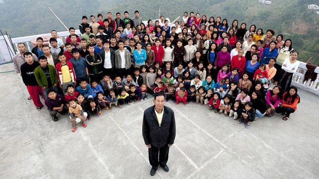 30 Ocak 2011 tarihli bir fotoğrafta Ziona Chana ve ailesi