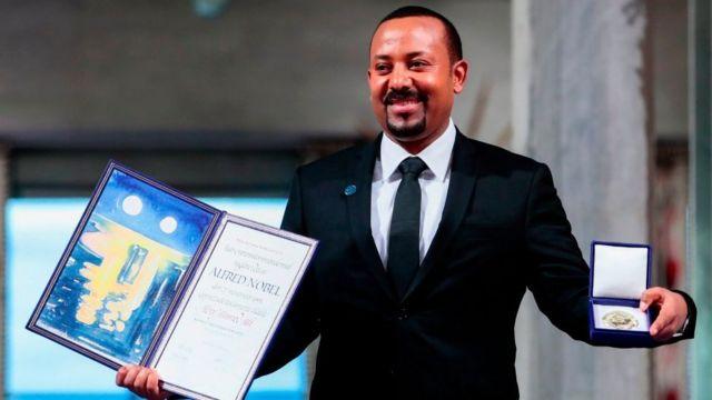 Abiy Ahmed Ali recibiendo el Nobel de la Paz.