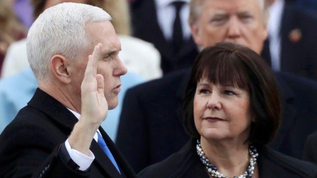キャレン夫人を横に、副大統領として宣誓就任するマイク・ペンス氏