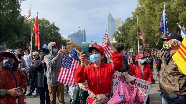 Người Việt ủng hộ TT Trump tại một cuộc biểu tình