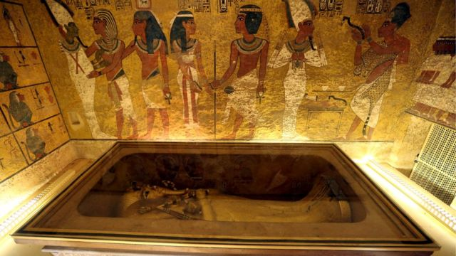 Золотой саркофаг Тутанхамона в Луксоре