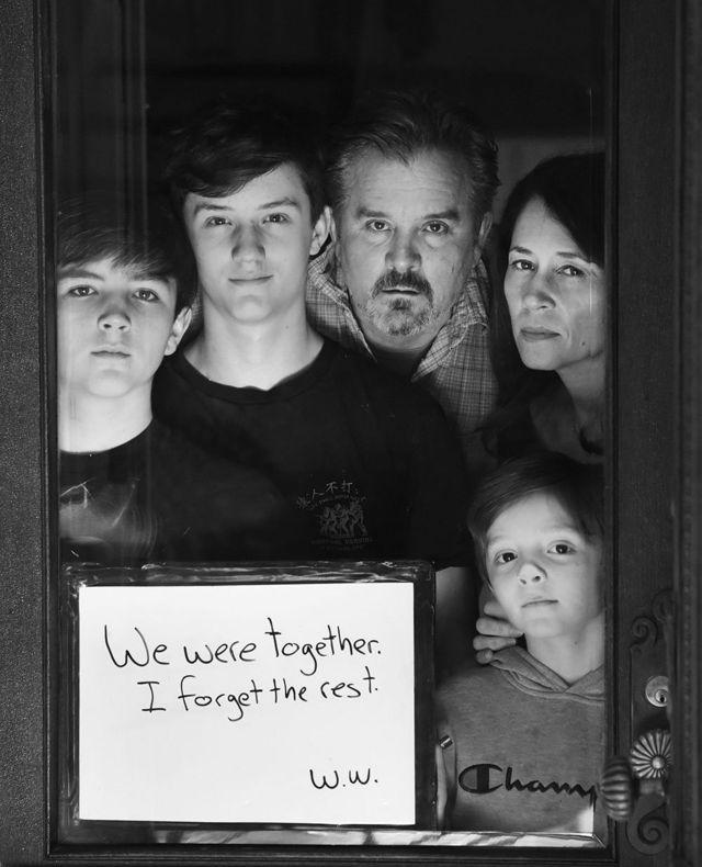 مايك برغولا ودينيس برغولا مع أبنائهما هنري، وجاك، وويل