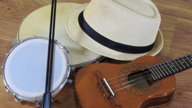 pandeiro, tamborim, chapéu e cavaquinho