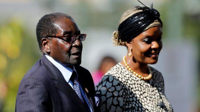 Pirezidantii Zimbaabwee Roobart Mugaabee (bitaa) fi haadha warraa isaa Girees Mugaabee suura Afrikaa Kibbaatti bara 2014 ka'e