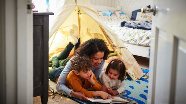 Seorang keluarga memasang tenda di kamar tidur