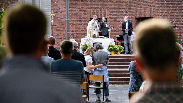 Casal é abençoado na área externa de uma Igreja Católica em Colônia