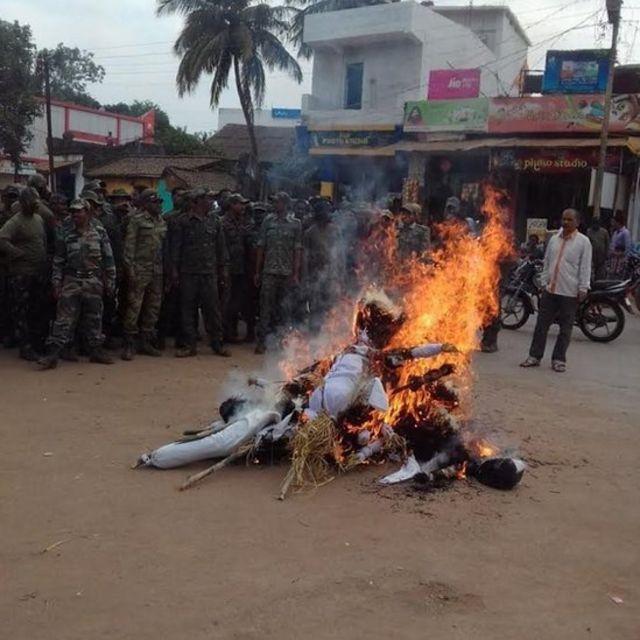पुतले जलाते हुए पुलिस जवान