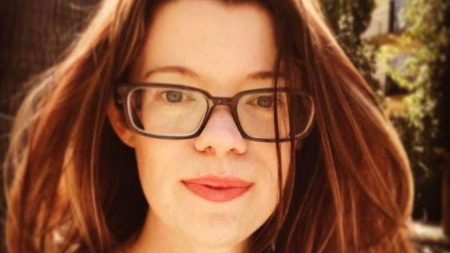 Eileen Carey, con su pelo oscurecido y sus gafas.