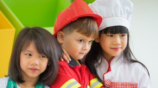 Niños disfrazados de diferentes profesiones.