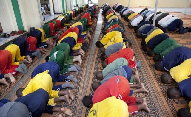 Abana b'aba Islamu bo kw'ishure bari gusenga ku musigiti i Nairobi muri Kenya kuwa kabiri 07/06/2016