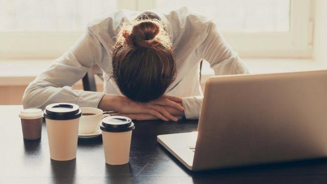 Женщина спит, положив голову на стол