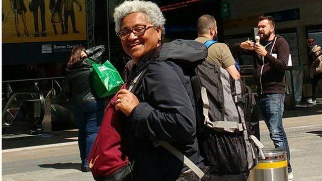 Foto mostra Jô Feitosa com sua mochila na Itália