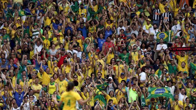 Estadio Maracaná repleto de hinchas brasileños.