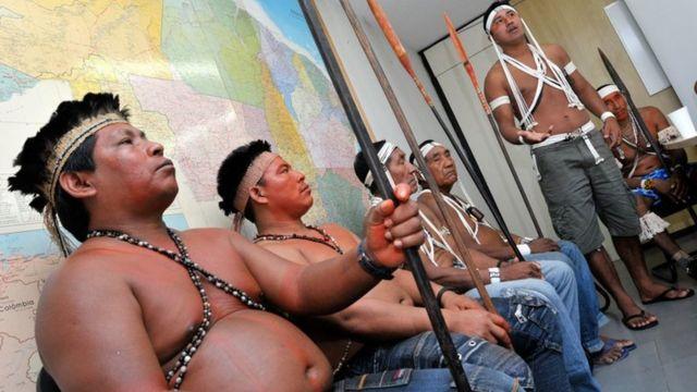 Índios em reunião na Funai