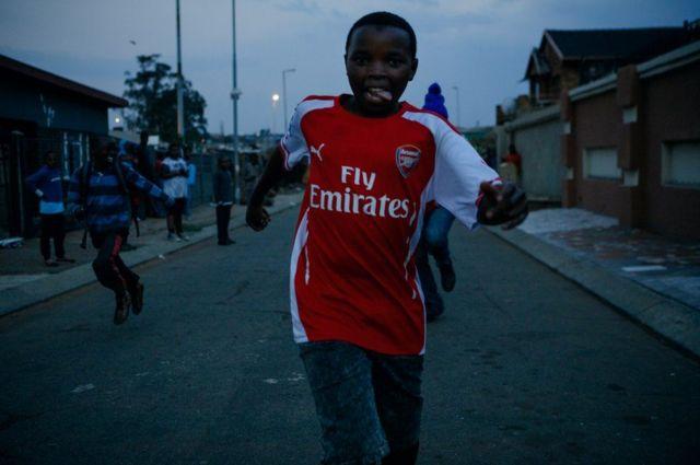 طفل يرتدي زي كرة القدم