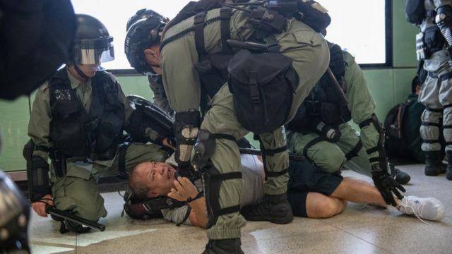 警方在香港的地鐵站採取拘捕行動。