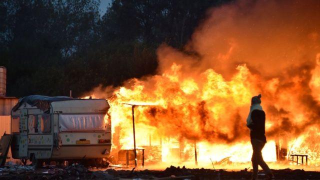 Campo de migrantes em Calais sendo queimado em 2016
