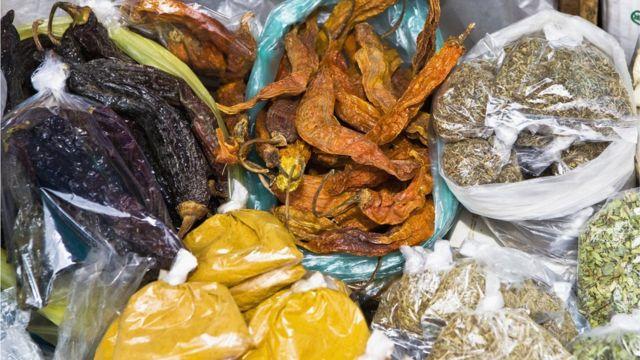 Bolsas con distintos condimentos naturales en un puesto de mercado
