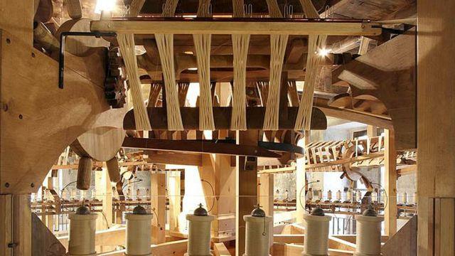 Detalle de las extraordinarias máquinas con las que se hacían los hilos de seda en Piemonte