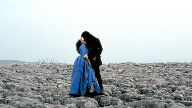 希斯克里夫在很多人看来是极具浪漫主义气质的英雄,常出现在史上最浪漫的文学人物评选中。