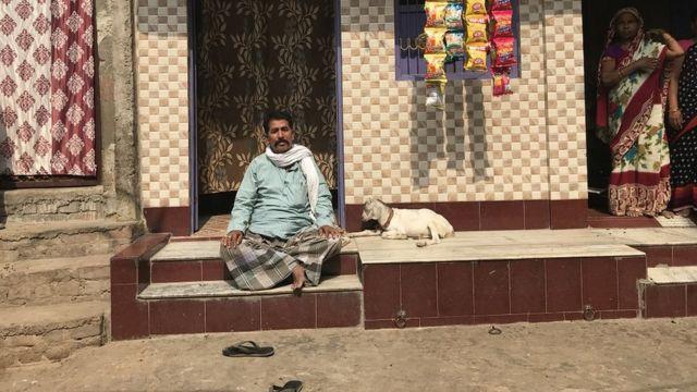 आरा में बने अपने नए घर के सामने बैठे पीड़ित मोहमम्द नईमुद्दीन