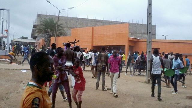 Des manifestants devant une agence de la CIE à Bouaké, le 22 juin 2016.