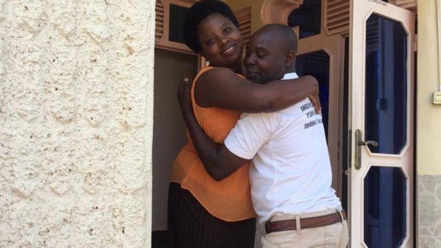 Katika salamu ya wanyarwanda kiwango cha kumkumbatia mtu ni sawa kwa kila unaemkumbatia unapomsalimia