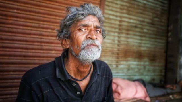 Retrato de homem idoso aparentemente em situação de rua