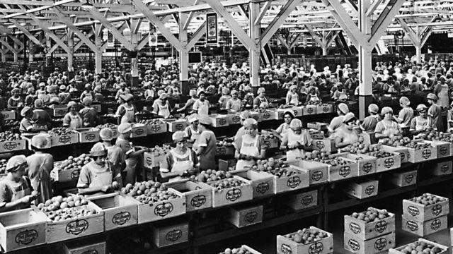 عمال المصانع في الماضي