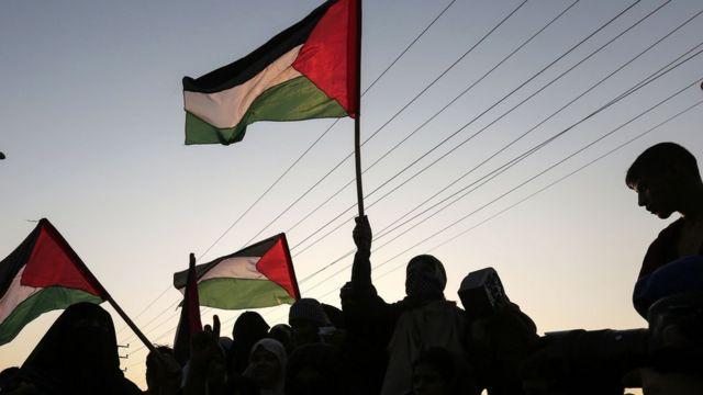 متظاهرون يحملون العلم الفلسطيني في غزة
