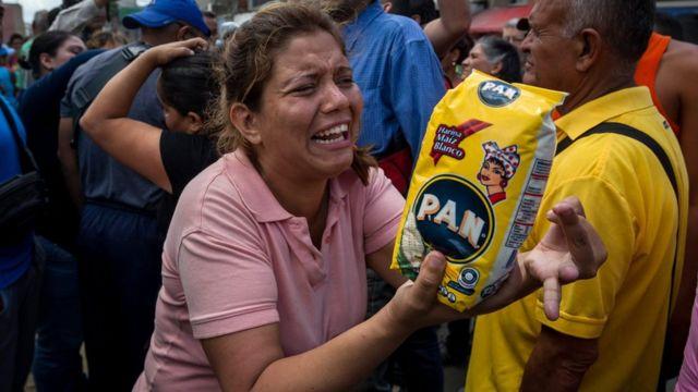 Mujer protesta por falta de alimentos