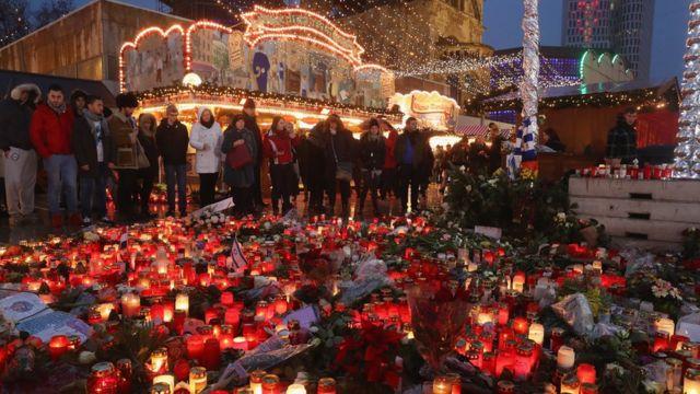 شموع وأزهار تكريما لأرواح ضحايا سوق الميلاد في برلين لدى إعادة فتحه بعد ثلاثة أيام من الهجوم