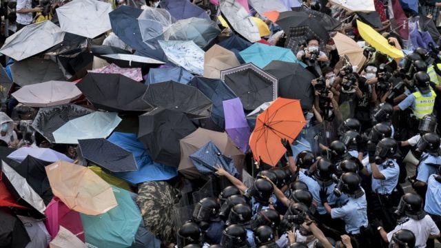 示威者以雨伞抵抗警察。